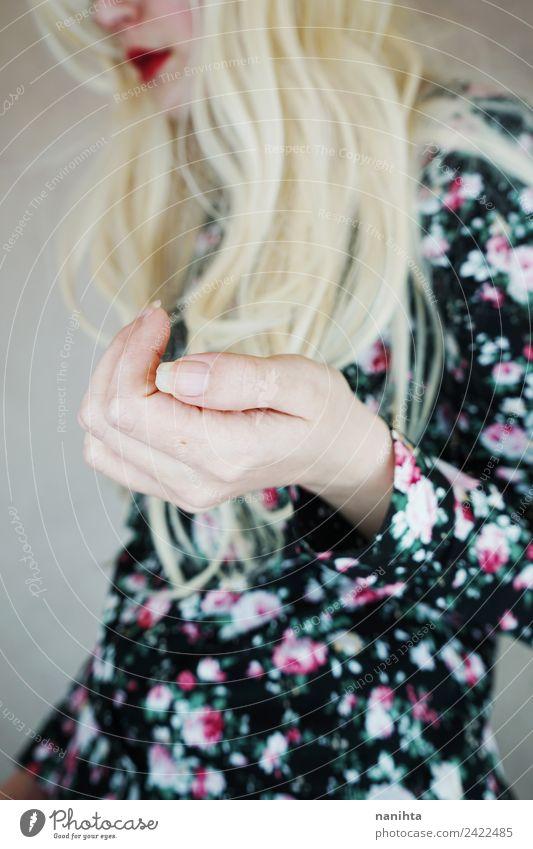 Stylische junge Frau Hand Nahaufnahme elegant Maniküre Mensch feminin Junge Frau Jugendliche Erwachsene 1 18-30 Jahre Blume Mode Hemd Haare & Frisuren blond
