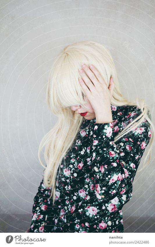 Junge blonde Frau mit Kopfschmerzen Lifestyle elegant Stil Haare & Frisuren Gesundheit Krankheit Mensch feminin Junge Frau Jugendliche 1 18-30 Jahre Erwachsene