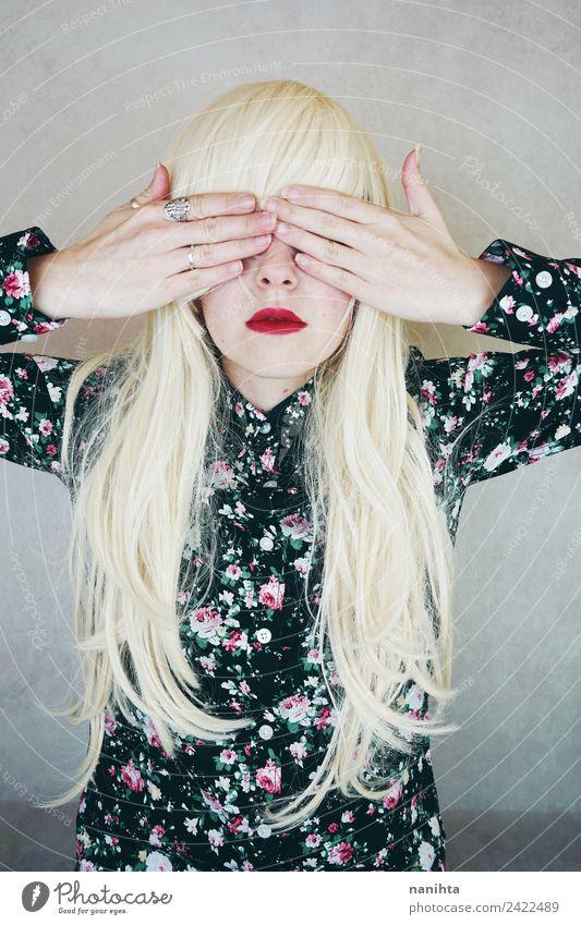 Junge blonde Frau, die ihre Augen mit den Händen bedeckt. elegant Stil Design schön Haare & Frisuren Lippenstift Mensch feminin Junge Frau Jugendliche 1
