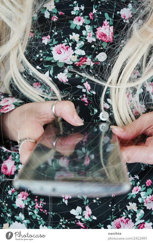 Mensch Jugendliche Junge Frau 18-30 Jahre Erwachsene Lifestyle feminin Stil Mode Haare & Frisuren Design modern Kommunizieren Technik & Technologie blond Kultur