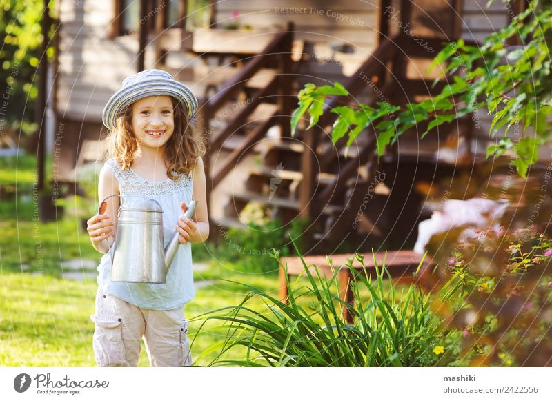 glückliches Kind Mädchen mit Hut spielend kleiner Gärtnerin Freude Glück Erholung Spielen Ferien & Urlaub & Reisen Sommer Haus Garten Kindheit Blume genießen