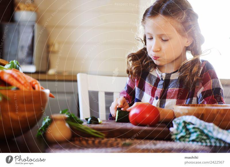 Kind Freude Erwachsene Lifestyle Familie & Verwandtschaft klein Wachstum frisch Tisch Küche Mutter Gemüse Bauernhof heimwärts Abendessen Mittagessen