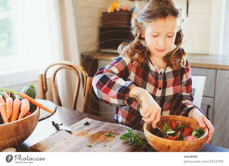 Kind Freude Mädchen Erwachsene Lifestyle Familie & Verwandtschaft frisch Kindheit Tisch Küche Mutter Gemüse Bauernhof 8-13 Jahre heimwärts Abendessen