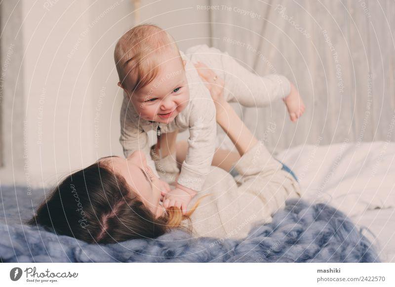 glückliche Mutter und Baby, die zu Hause im Schlafzimmer spielen. Lifestyle Freude Spielen Eltern Erwachsene Familie & Verwandtschaft Kindheit Liebe Umarmen
