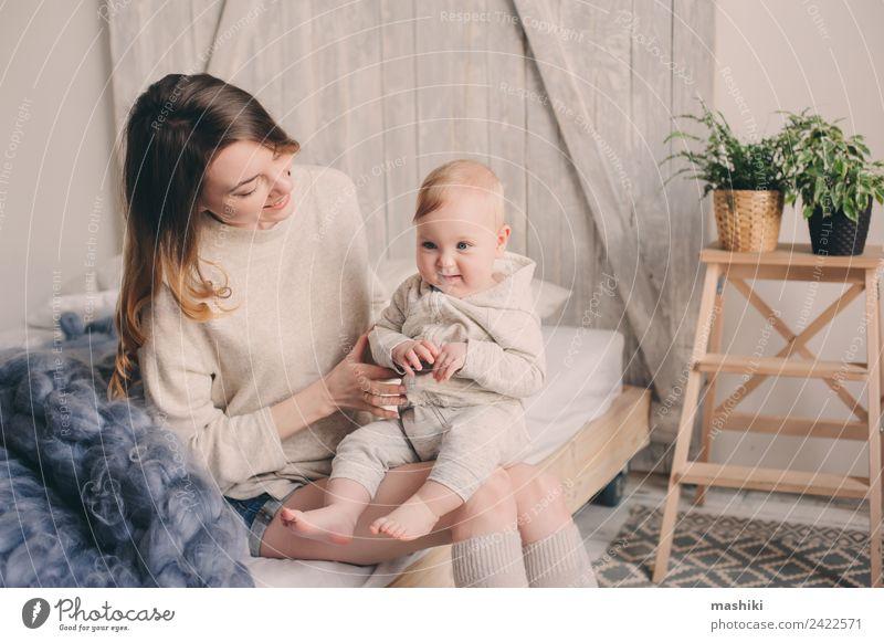glückliche Mutter und Baby, die zu Hause im Schlafzimmer spielen. Lifestyle Freude Spielen Eltern Erwachsene Familie & Verwandtschaft Kindheit Hand Küssen Liebe