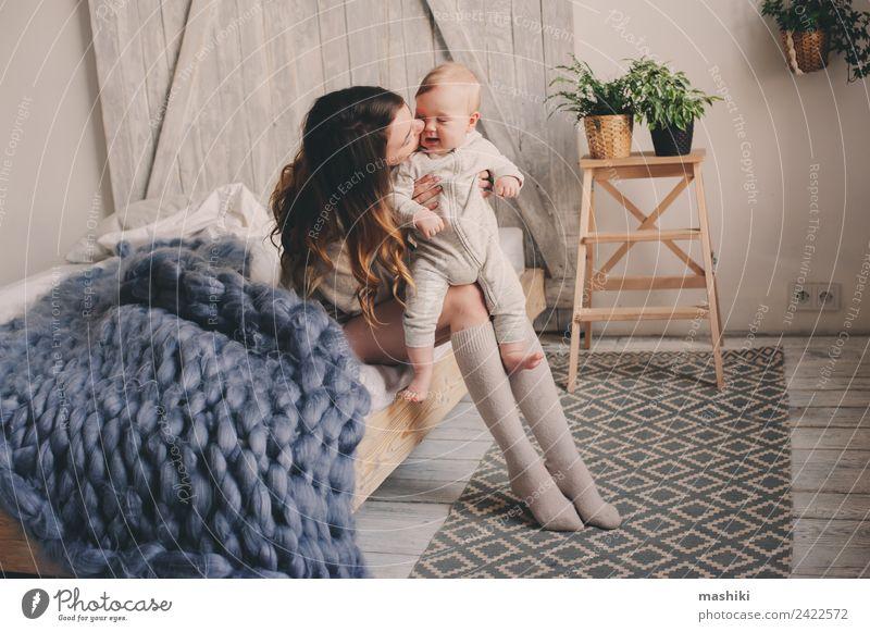 glückliche Mutter und Baby, die zu Hause im Schlafzimmer spielen. Lifestyle Freude Spielen Eltern Erwachsene Familie & Verwandtschaft Küssen Liebe Umarmen