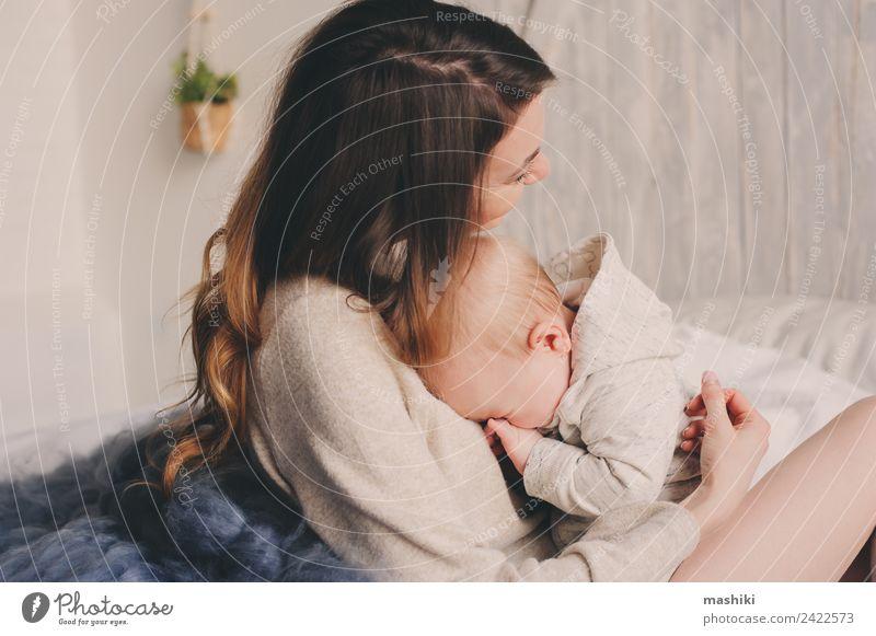 glückliche Mutter und Baby, die zu Hause im Schlafzimmer spielen. Lifestyle Freude Glück Spielen Eltern Erwachsene Familie & Verwandtschaft Kindheit Hand Küssen