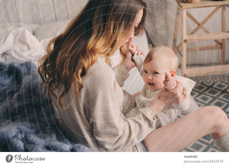 glückliche Mutter und Baby, die zu Hause im Schlafzimmer spielen. Lifestyle Freude Spielen Eltern Erwachsene Familie & Verwandtschaft Kindheit 0-12 Monate