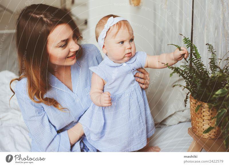 glückliche Mutter und 9 Monate altes Baby im passenden Pyjama Lifestyle Freude Spielen Schlafzimmer Eltern Erwachsene Familie & Verwandtschaft Kindheit Hand