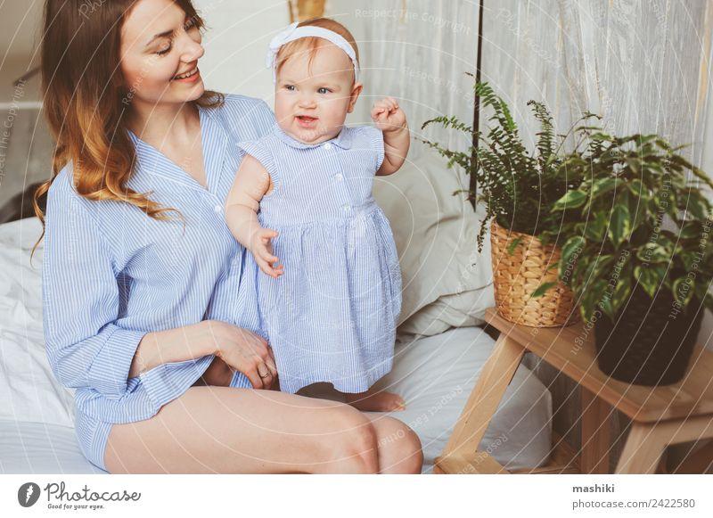 glückliche Mutter und 9 Monate altes Baby spielen im Schlafzimmer Lifestyle Freude Spielen Eltern Erwachsene Familie & Verwandtschaft Kindheit Hand Streifen