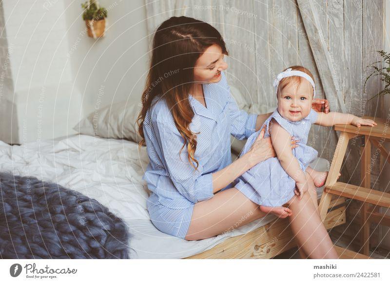 glückliche Mutter und 9 Monate altes Baby im passenden Pyjama Lifestyle Freude Glück Spielen Schlafzimmer Eltern Erwachsene Familie & Verwandtschaft Kindheit