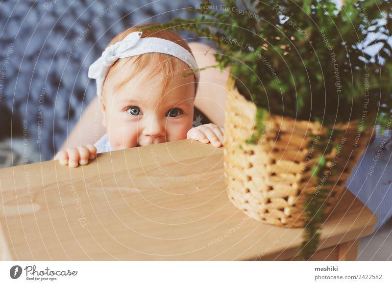 9 Monate altes Baby, das morgens im Schlafzimmer spielt. Lifestyle Freude Familie & Verwandtschaft Kindheit Streifen Fröhlichkeit niedlich skandinavisch