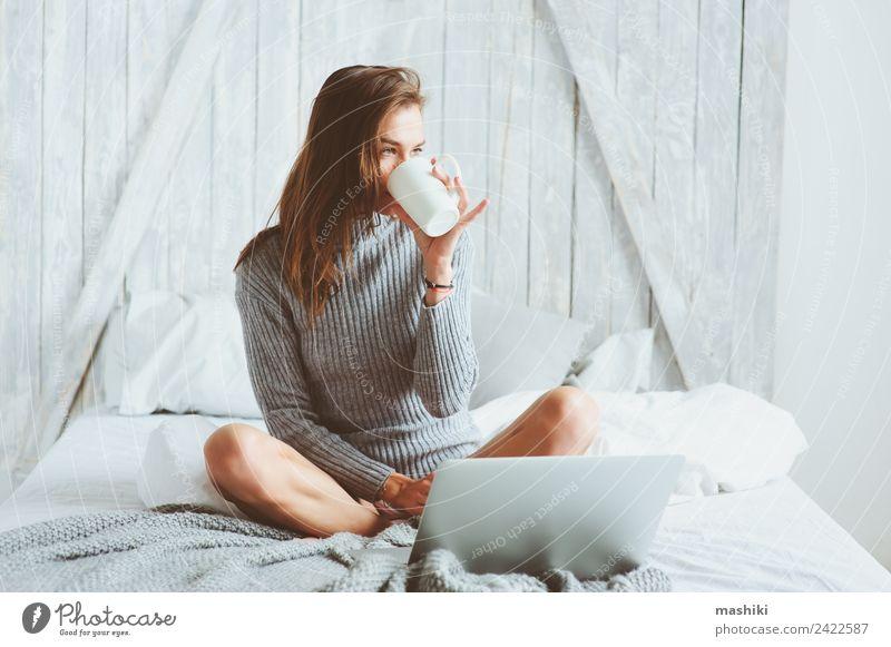 junge Bloggerin, die zu Hause mit Social Media arbeitet. Kaffee Lifestyle kaufen Erholung Arbeit & Erwerbstätigkeit Beruf Büroarbeit Business Telefon Computer
