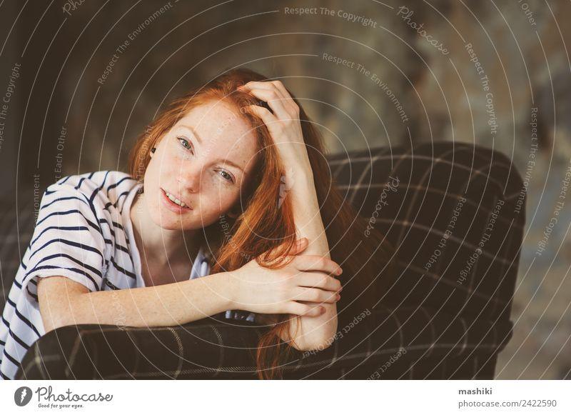 Porträt einer jungen, schönen, rothaarigen, lächelnden Frau. Lifestyle Erholung Erwachsene Jugendliche Herbst Winter Pullover Holz Metall träumen dunkel modern