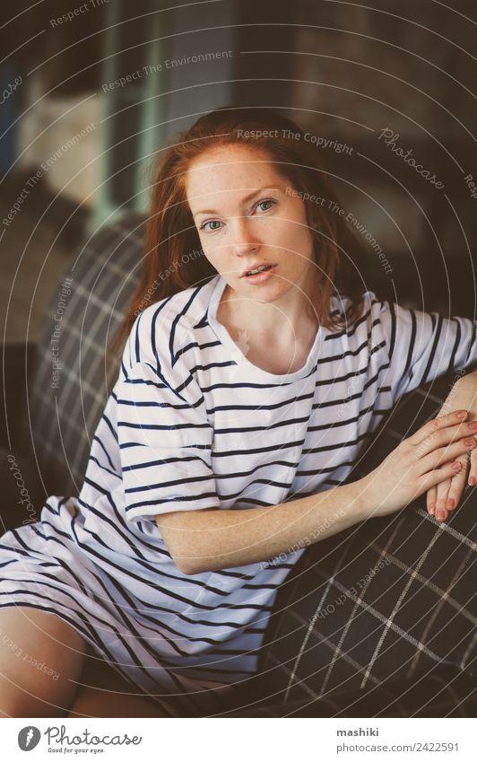 Porträt einer jungen, schönen, rothaarigen, nachdenklichen Frau. Lifestyle Erholung feminin Erwachsene Jugendliche Buch Bibliothek Pullover träumen Traurigkeit