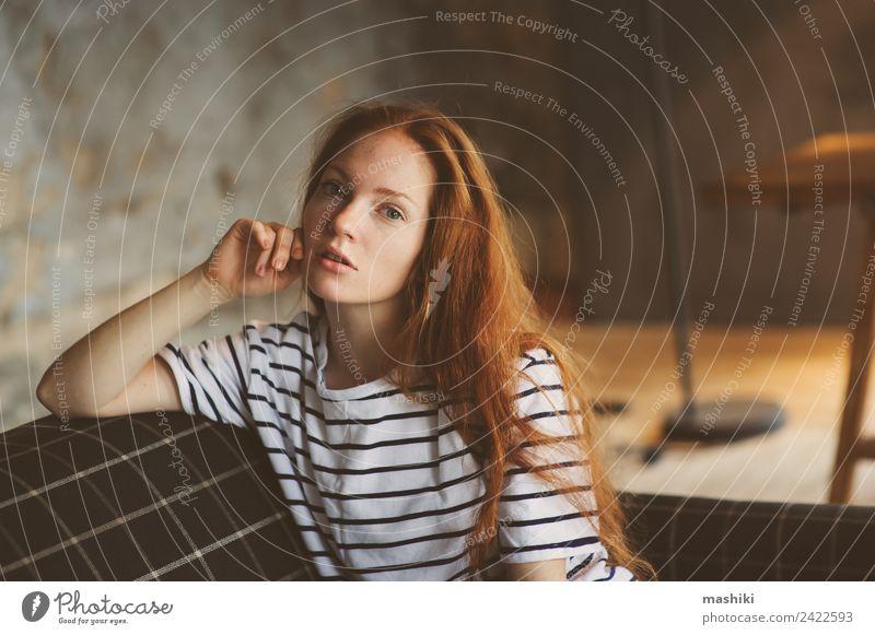 Porträt einer jungen, schönen, rothaarigen, nachdenklichen Frau. Lifestyle Erholung feminin Erwachsene Jugendliche Herbst Winter Pullover Holz Metall träumen