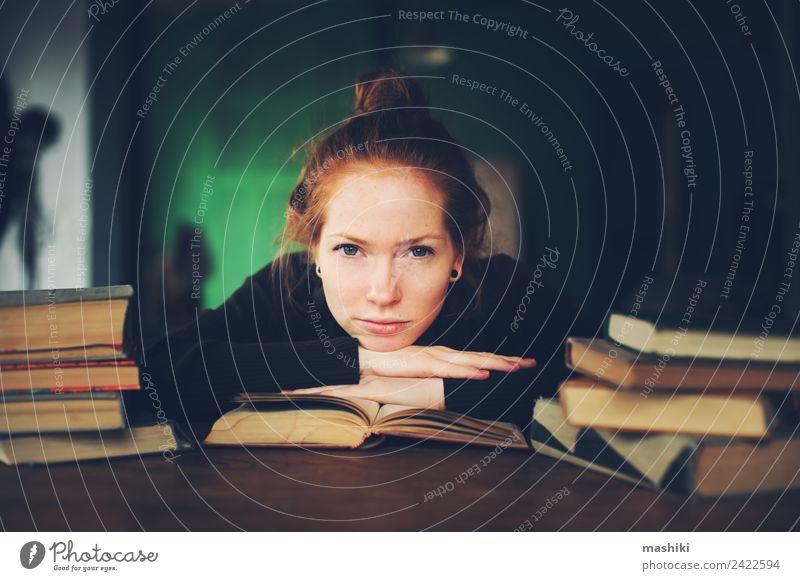 Innenporträt einer nachdenklichen oder traurigen Frau, die lernt. Lifestyle Erholung lesen Studium Erwachsene Buch Bibliothek Pullover rothaarig Holz träumen