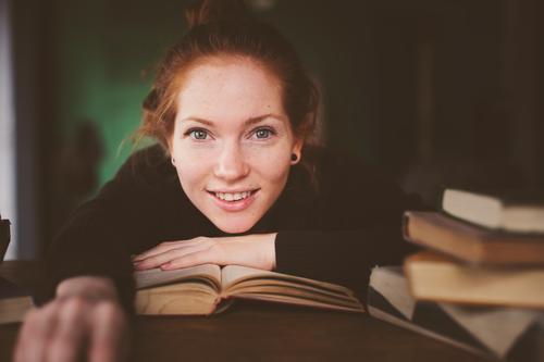Frau Erholung dunkel Erwachsene Lifestyle träumen modern Tisch lernen Buch Studium lesen Beautyfotografie heimwärts Fürsorge gemütlich