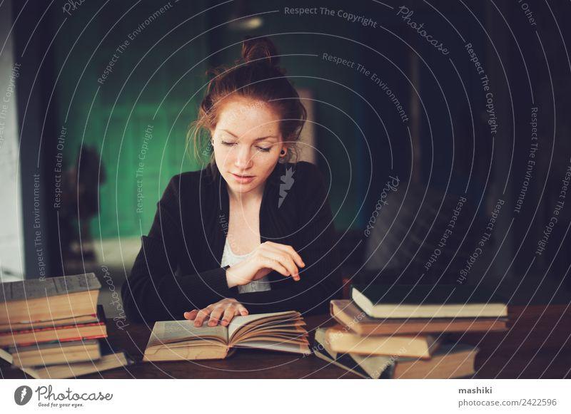 Innenporträt eines nachdenklichen oder traurigen Schülers beim Lernen Lifestyle Erholung lesen Tisch Studium Frau Erwachsene Buch Bibliothek Pullover rothaarig