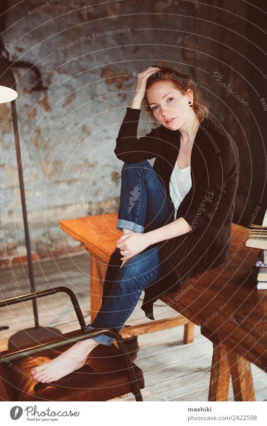 junge Hipsterin Rothaarige Frau entspannt sich zu Hause Lifestyle Erholung Tisch Erwachsene Buch Bibliothek Herbst Wärme Pullover rothaarig Holz Metall träumen
