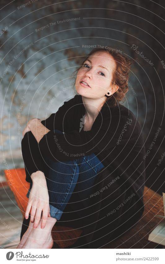 junge Hipsterin Rothaarige Frau entspannt sich zu Hause Lifestyle Erholung lesen stricken Tisch Erwachsene Buch Bibliothek Herbst Wärme Pullover rothaarig Holz