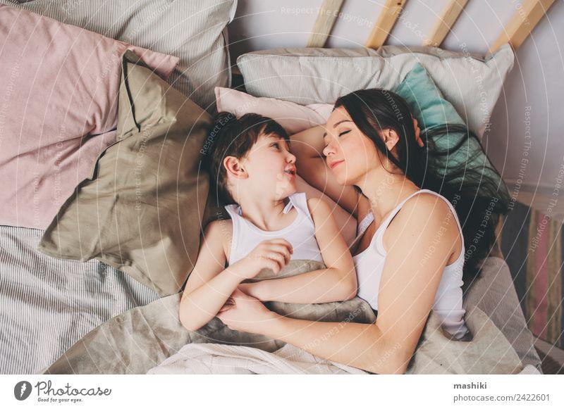 Mutter und Kind Sohn schlafen zusammen im Bett Lifestyle Freude Leben Erholung Schlafzimmer Kleinkind Junge Eltern Erwachsene Familie & Verwandtschaft Lächeln