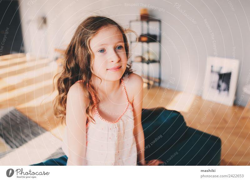 süßes Kind Mädchen entspannend zu Hause in gemütlichen Wochenende Morgen Lifestyle Freude Glück Leben Erholung Freizeit & Hobby Spielen Wohnung Kindheit Lächeln