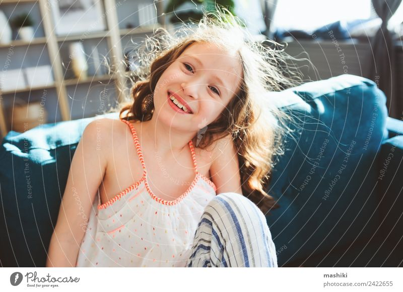 fröhliches Kind Mädchen spielt zu Hause in gemütlichem Wochenendmorgen Lifestyle Freude Glück Leben Erholung Spielen Wohnung Familie & Verwandtschaft Kindheit