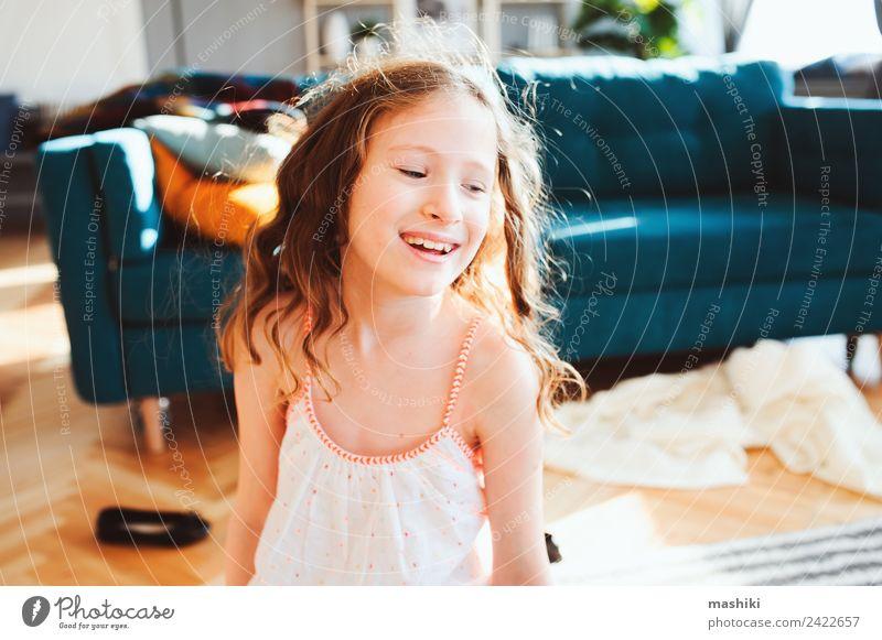 fröhliches Kind Mädchen spielt zu Hause in gemütlichem Wochenendmorgen Lifestyle Freude Leben Erholung Wohnung Familie & Verwandtschaft Kindheit Lächeln lachen