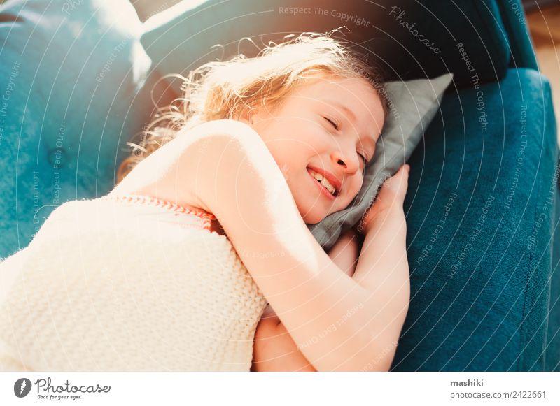 Kind Mädchen entspannend zu Hause am Wochenendmorgen Lifestyle Freude Leben Erholung Spielen Wohnung Kindheit Müdigkeit bequem heimwärts jung Faulheit LAZY