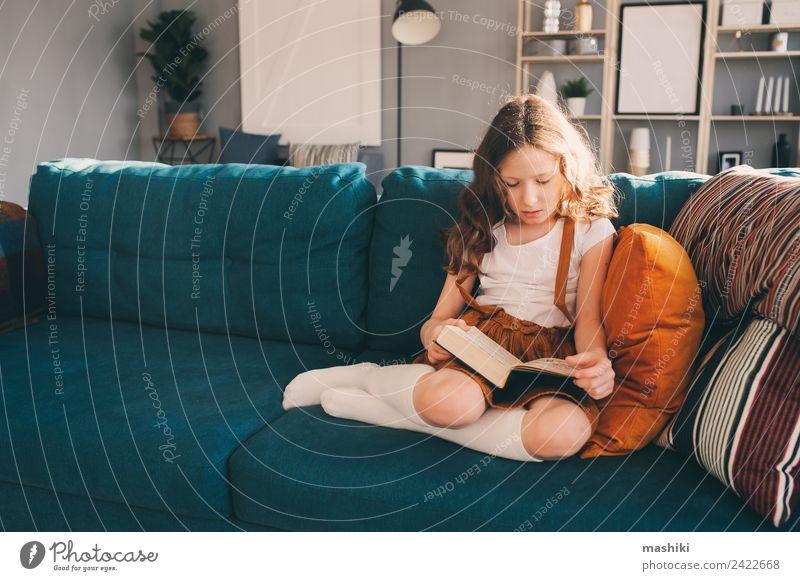 Kind Mädchen Lesebuch zu Hause Lifestyle Freude Erholung lesen Schule lernen Schulkind Kindheit Buch Bibliothek authentisch klein klug heimwärts jung Etage