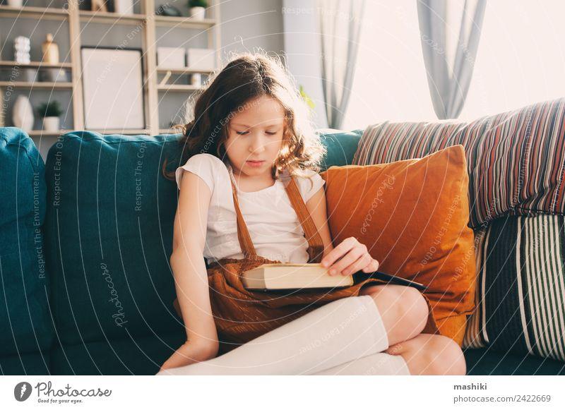 smartes Kind Mädchen liest interessantes Buch Lifestyle Freude Glück Erholung lesen Schule lernen Schulkind Kindheit Bibliothek authentisch klein klug