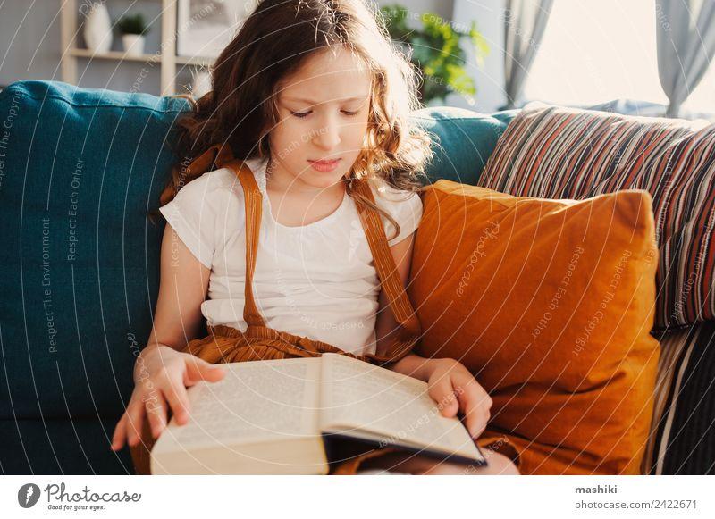 smartes Kind Mädchen liest interessantes Buch Lifestyle Erholung lesen Schule lernen Schulkind Kindheit klein klug Einsamkeit bequem heimwärts Bildung Etage