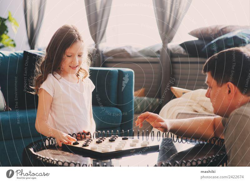 Kind Mädchen spielt Dame mit ihrem Vater Dame Lifestyle Freude Freizeit & Hobby Spielen Schach Erfolg Eltern Erwachsene Familie & Verwandtschaft Spielzeug