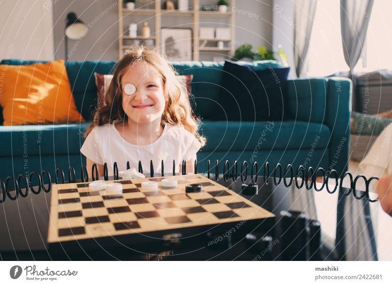 Lifestyle-Aufnahme von einem klugen Kind, das zu Hause Dame spielt. Freizeit & Hobby Spielen Schach Erfolg Eltern Erwachsene Familie & Verwandtschaft Kindheit