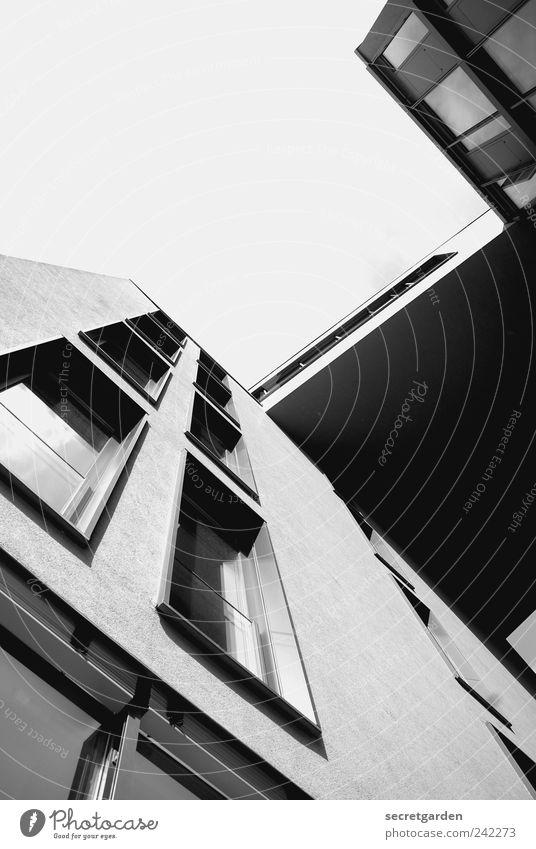 Hebt man den Blick, so sieht man keine Grenzen. Himmel Sommer Fenster Wand Architektur Mauer Gebäude Fassade elegant groß modern Hochhaus Perspektive Bauwerk Schönes Wetter Skyline