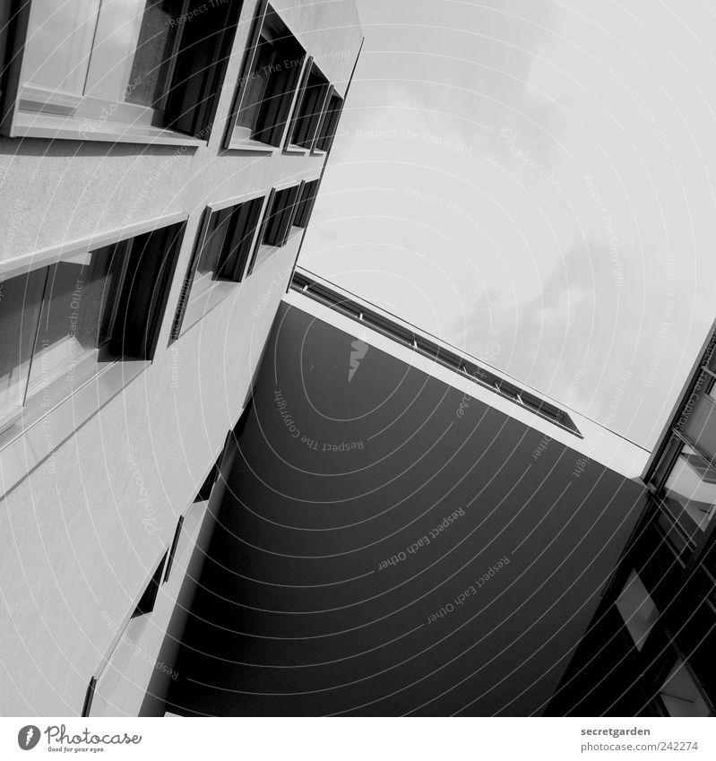 Wenn man in die Höhe steigen möchte, geht man von unten aus. Himmel Sommer ruhig Fenster Wand Architektur Mauer Gebäude elegant Fassade modern groß ästhetisch