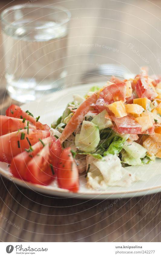 salat Lebensmittel Gemüse Salat Salatbeilage Ernährung Mittagessen Abendessen Bioprodukte Vegetarische Ernährung Diät Getränk Trinkwasser Geschirr Teller Glas