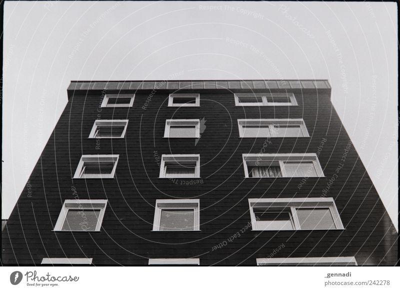 Alb-/Traumhaus Himmel alt Haus Fenster Fassade Armut hoch Ordnung trist retro authentisch einzigartig analog Rahmen Symmetrie hässlich