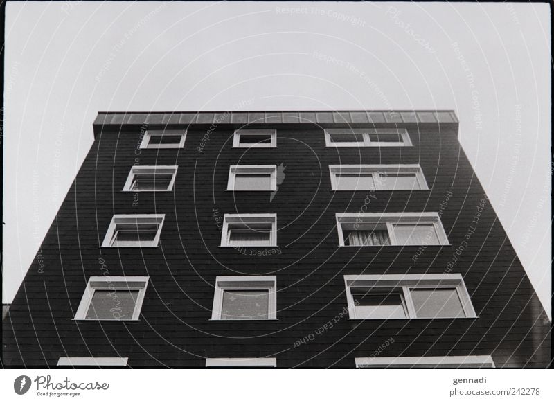 Alb-/Traumhaus Himmel Wolkenloser Himmel Haus Mehrfamilienhaus Fassade Fenster Symmetrie gleich Ordnung alt Armut authentisch Billig hässlich hoch einzigartig