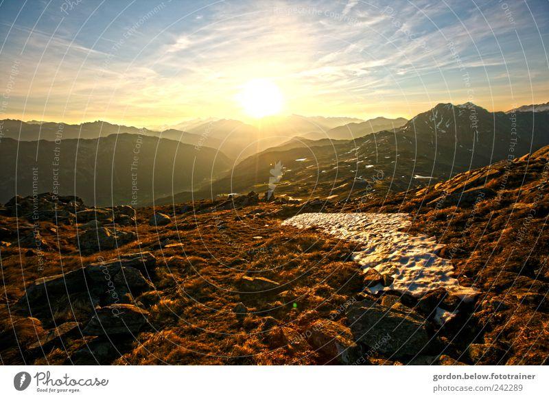 über den Bergen Wohlgefühl Leben Umwelt Natur Landschaft Himmel Wolken Horizont Sonne Sonnenaufgang Sonnenuntergang Sonnenlicht Sommer Wetter Schönes Wetter
