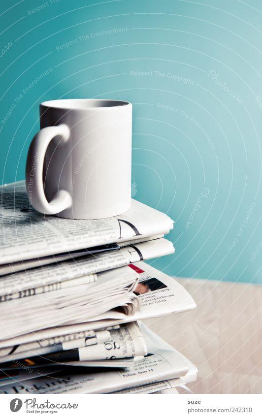 Moin, moin Kaffee Tasse Tisch Arbeit & Erwerbstätigkeit Arbeitsplatz Wirtschaft Business Printmedien Zeitung Zeitschrift Sammlung genießen stehen weiß
