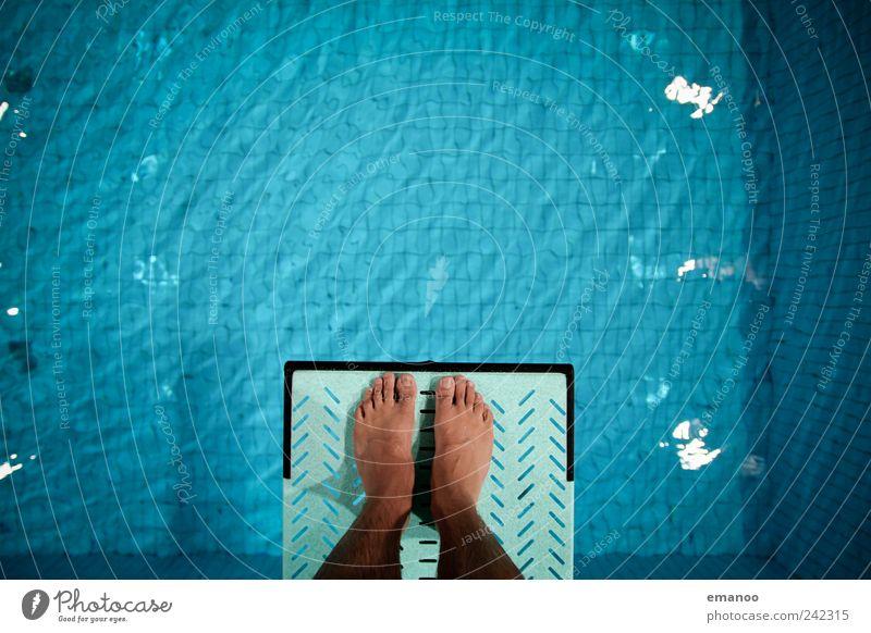 Drei Meter Mut Mensch Mann blau Wasser Freude Erwachsene kalt Sport springen Fuß Kraft Freizeit & Hobby Angst fliegen hoch Schwimmen & Baden