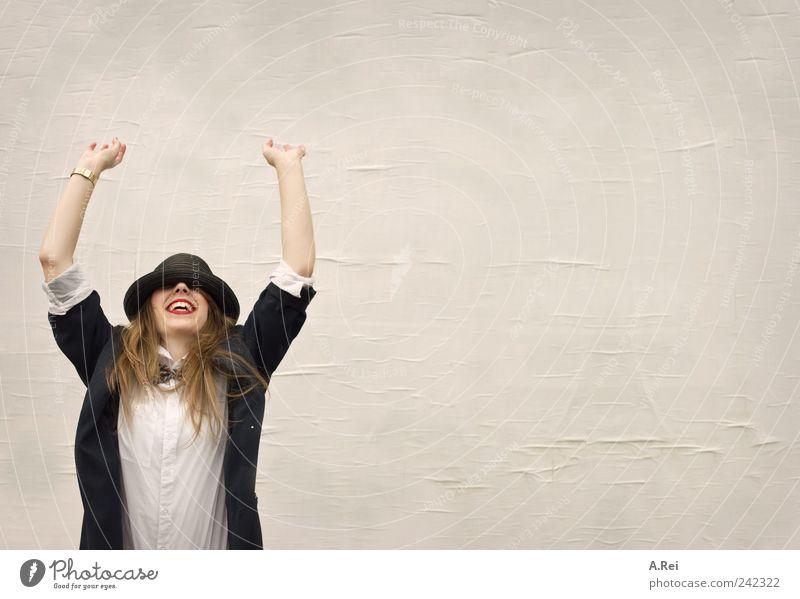Huii... Frau Mensch Jugendliche Freude gelb feminin lachen Feste & Feiern Erwachsene rosa Fröhlichkeit Hut brünett langhaarig Junge Frau
