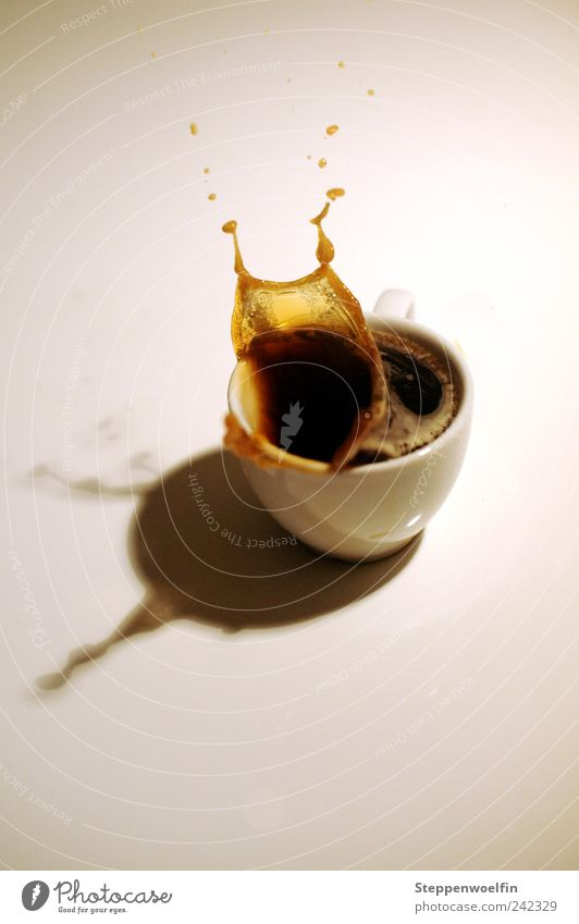 Kaffeeexplosion Lebensmittel Kaffeetrinken Getränk Heißgetränk Espresso Tasse spritzen Tropfen gefroren Momentaufnahme durchsichtig Farbfoto Innenaufnahme