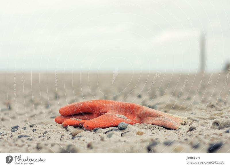Wenn man ihnen den kleinen Finger reicht… alt Strand Sand Küste dreckig Umwelt Bekleidung kaputt liegen Müll Handschuhe Umweltverschmutzung vergessen