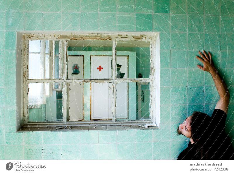 DER ARZT KOMMT ZU SPÄT Mensch Jugendliche Fenster dunkel kalt Wand Architektur Mauer Gebäude maskulin außergewöhnlich Hoffnung trist Gesundheitswesen fallen