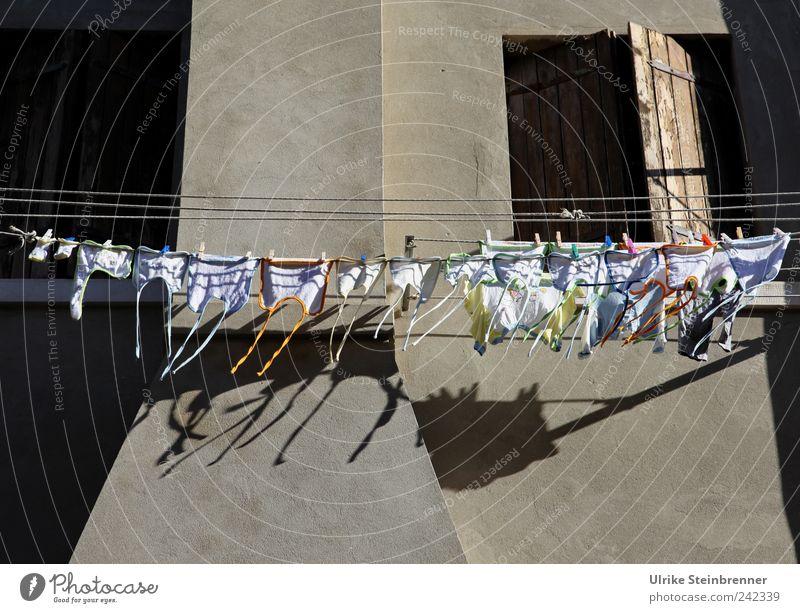 Kindersegen Haus Fenster Wand Mauer Luft lustig dreckig Fassade Dekoration & Verzierung Sauberkeit Dorf Reihe Menschenmenge hängen Sammlung Wäsche
