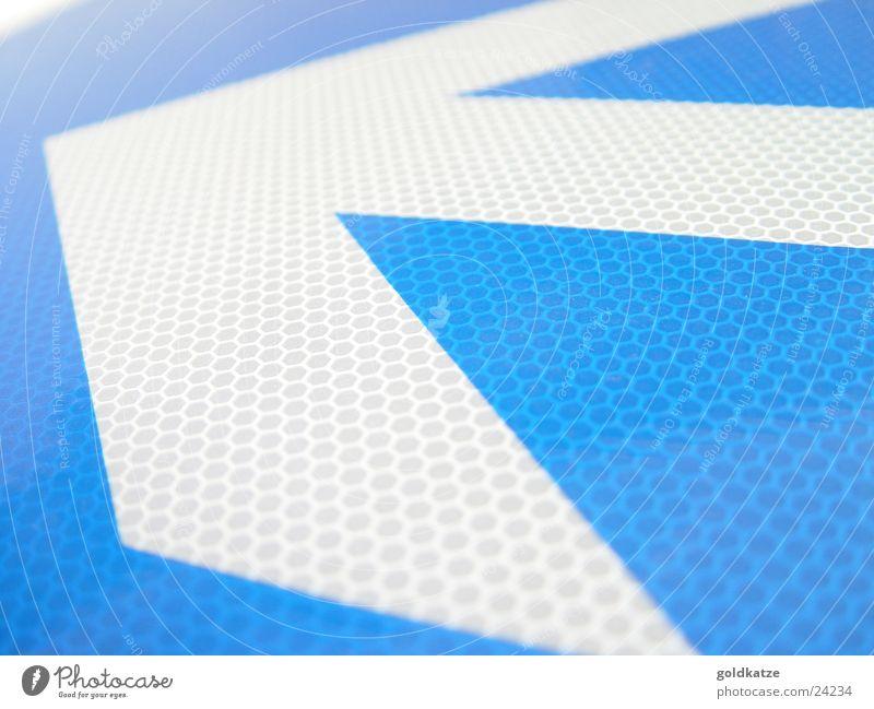 wegweiser Verkehr Verkehrszeichen Verkehrsschild Metall Zeichen Schilder & Markierungen Hinweisschild Warnschild Pfeil Bewegung Spitze blau weiß beweglich
