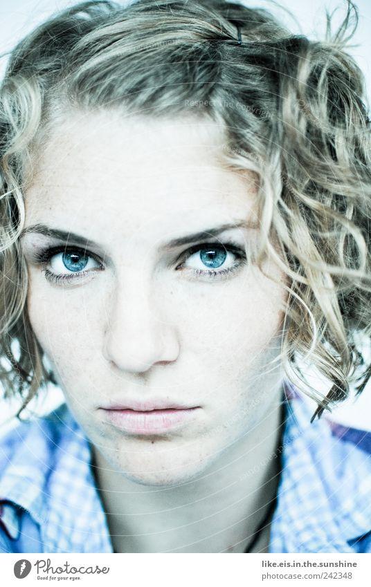 schau mir in die augen, kleiner Frau Mensch Jugendliche blau schön Auge Leben feminin Kopf Haare & Frisuren Erwachsene blond glänzend Nase Coolness Lippen